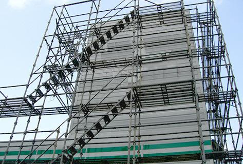 店舗や集合住宅・ビルの建築や外壁塗装など、安全性や施工品質の維持に必要な仮設足場。建物と設置環境によって、さまざまな種類がありますが、支柱から控え柱・踏板に